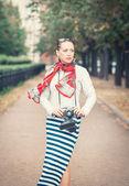Belle femme avec une vieille caméra rétro — Photo