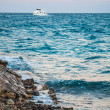 Sea coast and the white yacht. Hurghada, Egypt. — Stock Photo