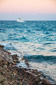 Sea coast and the white yacht. Hurghada, Egypt.  — Stock Photo