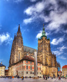 Catedral de san vito en praga rodeado de turistas — Foto de Stock