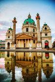Karlskirche ve vídni, rakousko ráno — Stock fotografie