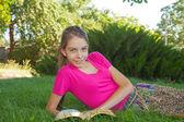 Dospívající dívka čtení bible venku — ストック写真