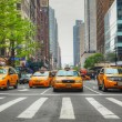 gele taxi's in het new york city street — Stockfoto