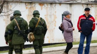 Russian soldiers guarding a naval base — Vídeo de Stock