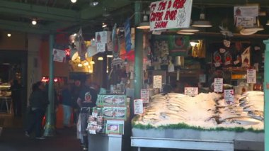 Stand at famous Pike Place market in Seattle — Stockvideo