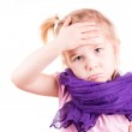 menina doente com varicela temperatura de medição e verificação de seu forhead — Foto Stock
