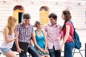 группа счастливый улыбающийся подростковой студентов за пределами колледжа — Стоковое фото