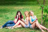 幸せな笑みを浮かべて十代学生の屋外のグループ — ストック写真