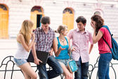 Skupina happy usmívající se dospívající studentů mimo vysoké školy — Stock fotografie