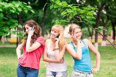 Glücklich lächelnd teenager Studenten im freien — Stockfoto