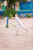 Urocze małe dziecko, grać w tenisa — Zdjęcie stockowe