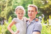 счастливый отец и дочь, играя в парке — Стоковое фото