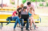 Grupo de estudantes adolescentes sorridentes felizes — Foto Stock