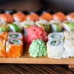 rollos de Sushi servido en un plato de madera — Foto de Stock   #28429001