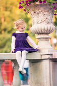 Cute smiling little girl in the park — Foto Stock