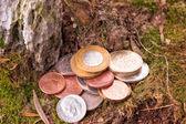 Diverse monete vecchie accatastati sul terreno — Foto Stock
