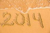 2014-nummern auf der gelben sandstrand — Stockfoto