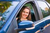 Belle femme d'affaires, assis dans la voiture — Photo