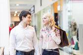 Mutlu genç bir çift ile alışveriş torbaları — Stok fotoğraf