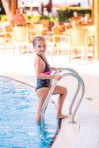 Cute little girl in swimming pool — ストック写真