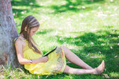 Schattig klein meisje leren met tablet pc — Stok fotoğraf