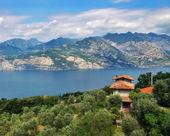 Huset på berget gardasjön i italien — Stockfoto