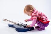 Kleines mädchen mit gitarre spielen — Stockfoto