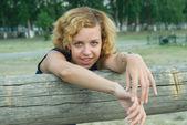 ładna kobieta w parku — Zdjęcie stockowe