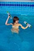 Chica bonita haciendo ejercicio aeróbico acuático — Foto de Stock