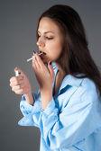 Schöne junge brünette frau mit zigarette — Stockfoto
