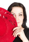 Kırmızı şapka ile genç güzel kadın — Stok fotoğraf