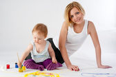 Pretty young mother and daughter drawing — Photo