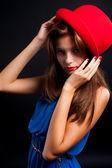Kırmızı şapkalı güzel kadın — Stok fotoğraf