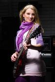Kadın gitarist — Stok fotoğraf
