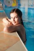 Atraktivní dívka v bazénu — Stock fotografie