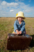 Ensam tjej med resväska — Stockfoto