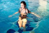 Garota atraente na piscina — Foto Stock