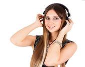 Młoda blond kobieta słuchania muzyki — Zdjęcie stockowe