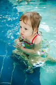 The little girl in the water — Stockfoto