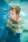 Das kleine mädchen im wasser — Stockfoto