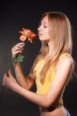 有花的漂亮女孩 — 图库照片