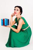 Gelukkige vrouw met doos van de gift — Stockfoto