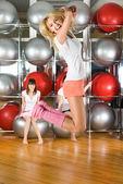 Garotas bonitas no centro de fitness — Foto Stock