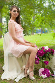 красивая женщина с цветком... — Стоковое фото