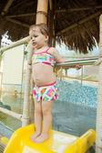 Маленькая девочка в аквапарк — Стоковое фото