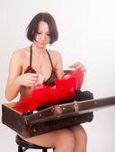 Garota bonita em lingerie com mala — Foto Stock