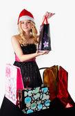 サンタの帽子をショッピング バッグに金髪の女性 — ストック写真