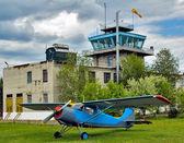 Pequeño avión en el pequeño aeropuerto — Foto de Stock