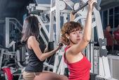 Jolies filles dans un centre de fitness — Photo