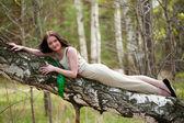 Piękna kobieta w brzoza — Zdjęcie stockowe